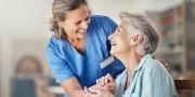 Verpleegster zorgt voor oudere dame